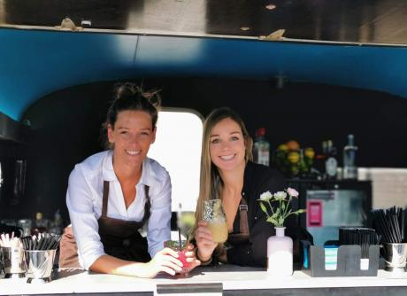 bartenders in mobiele cocktailbar